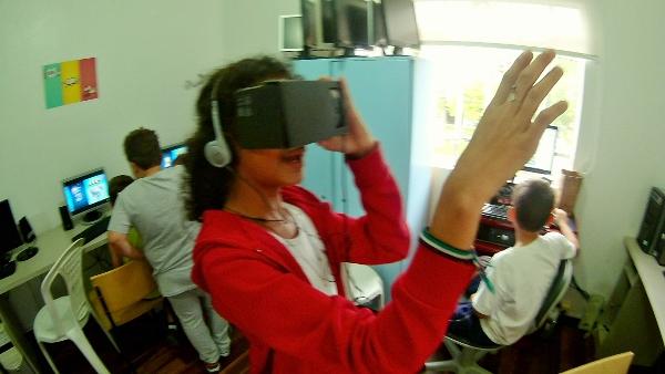 aluna da ONG Puro Amor usando VR