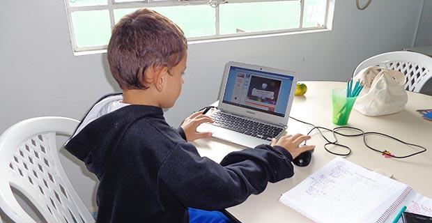 Projeto Universo do Saber - criança aprendendo no computador